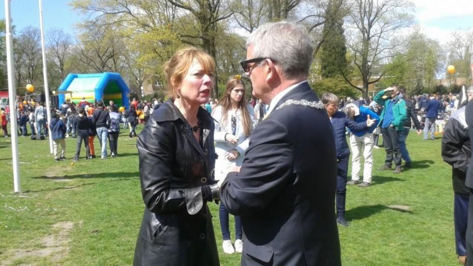 Anita van Soest met Burgemeester Jan van Zanen