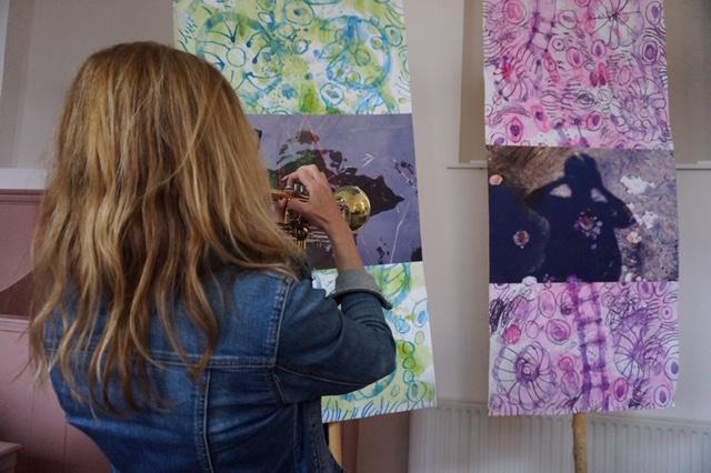 Anita speelt trompet bij kunstwerken Agnes